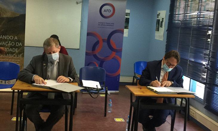 Assinatura-de-acordo-de-financiamento-do-Projecto-ECO--DRR_-Director-Regional-da-AFD-Bruno-Deprince-e-Embaixador-da-França-David-Izzo-na-assinatura-do-acordo-de-financimento-02